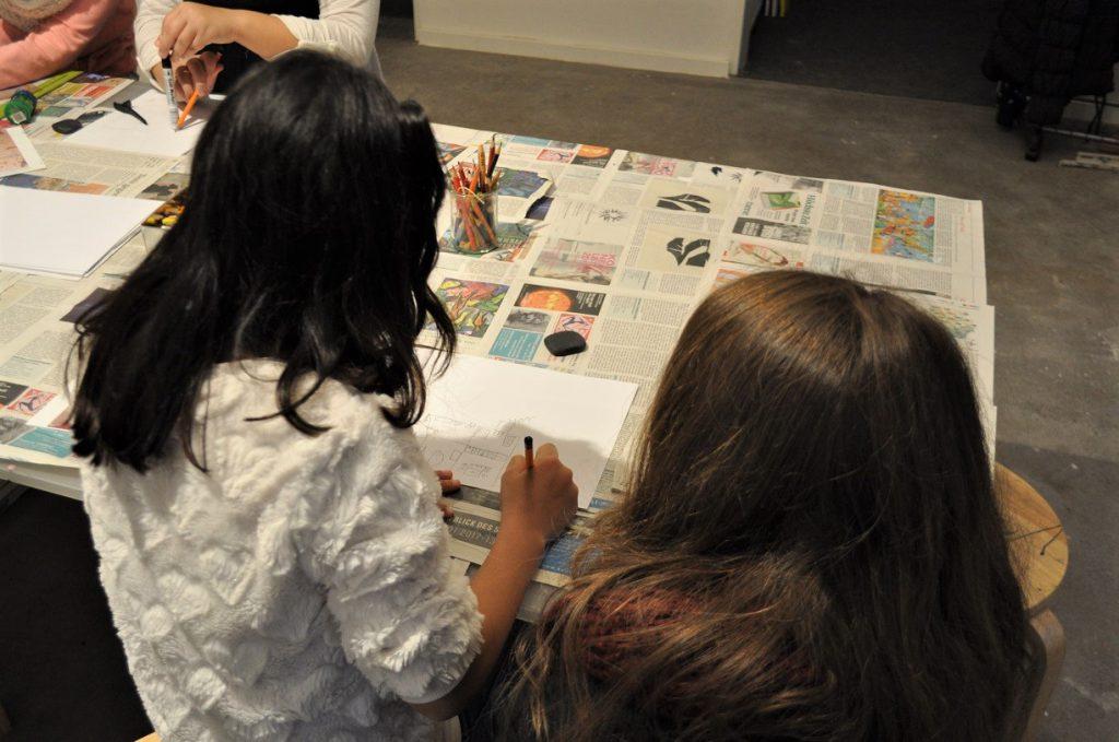 Zwei Mädchen malen