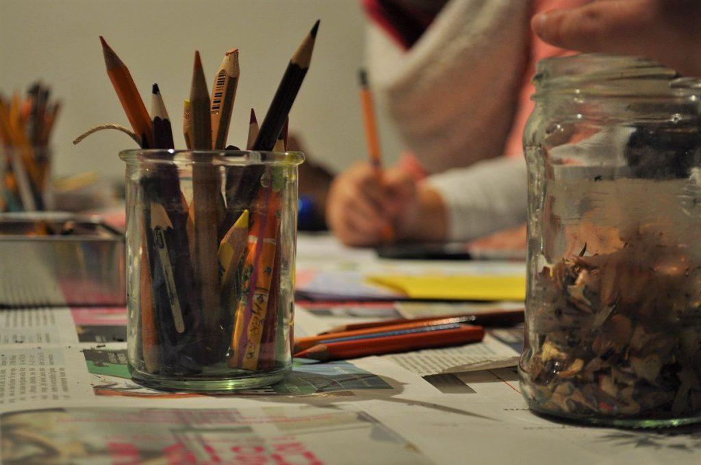 Glas mit Stiften