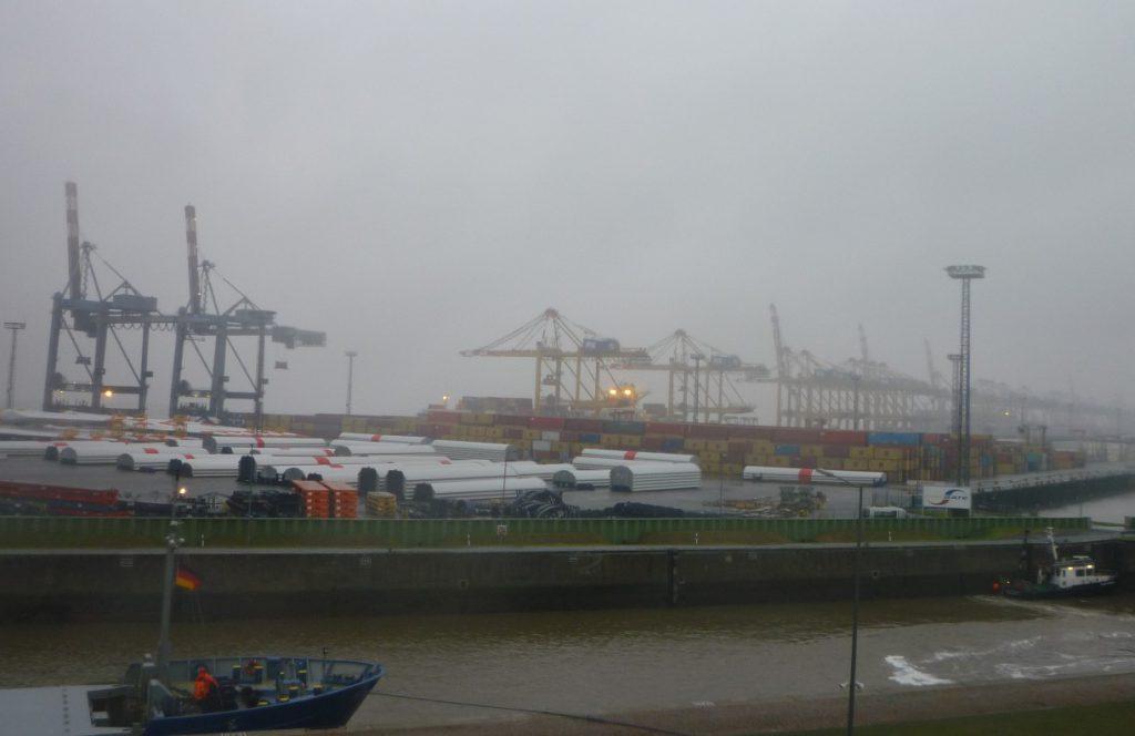 Containerterminal bei Regen