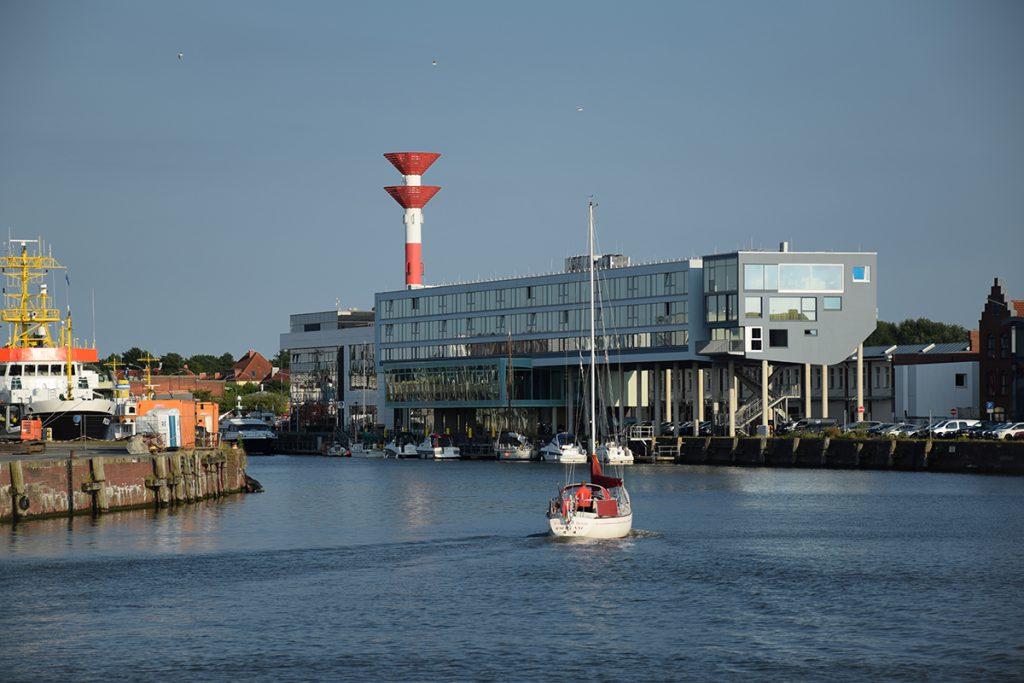 Blick auf ein Segelschiff und ein Hotel