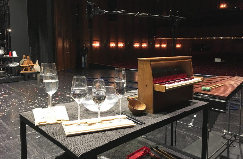 Instrumente für die Musik bei PINOCCHIO: Gläser, Schlagwerk und ein Kinderklavier, im Hintergrund die Windmaschine.