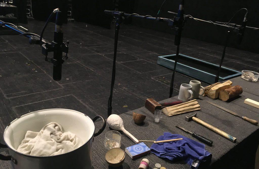 Requisiten wie Hammer, Münzen und Streichhölzer werden von den Darstellern nicht im Spiel, sondern von den Kollegen zeitgleich am Akustik-Tisch benutzt, die damit eine zauberhafte Klang-Kulisse zu erzeugen.
