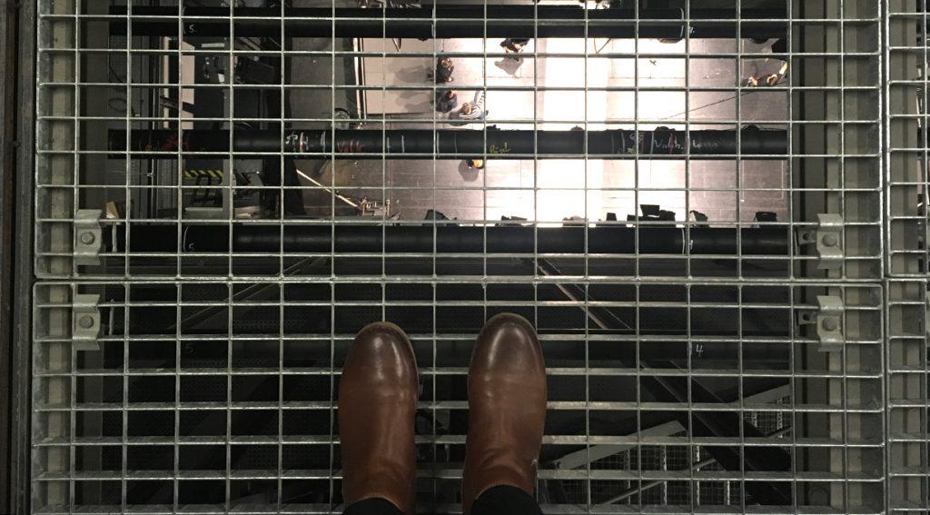 """Blick vom Schnürboden aus ca. 19 Metern Höhe auf die Bühne: So hoch werden die Bühnenbilder gezogen, wenn sie vor den Augen der Zuschauer im """"Himmel"""" verschwinden."""