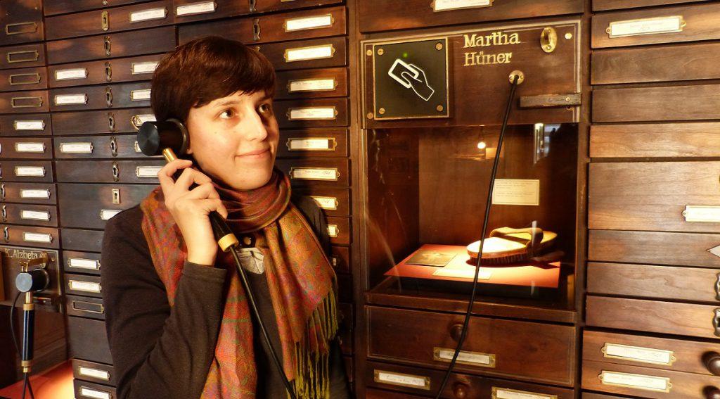 Eine Frau an der Hörstation im deutschen Auswandererhaus