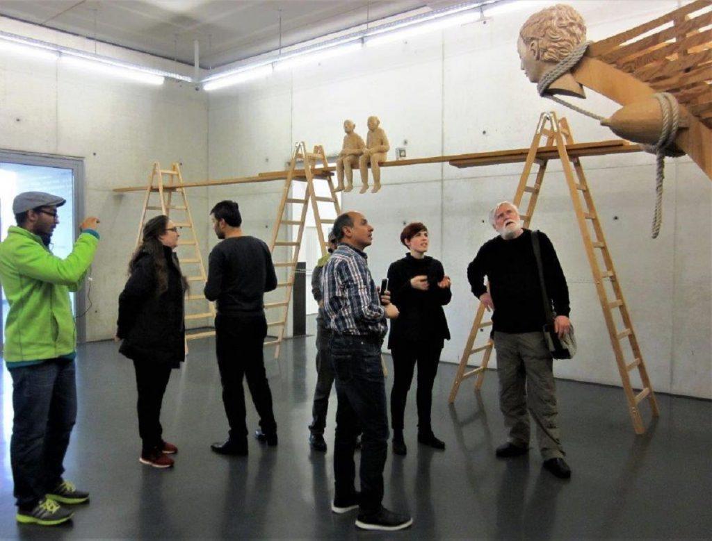 Menschgruppe im Museum