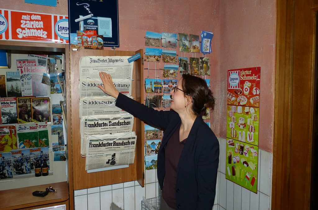 Dr. Simone Eick vor Zeitungskiosk