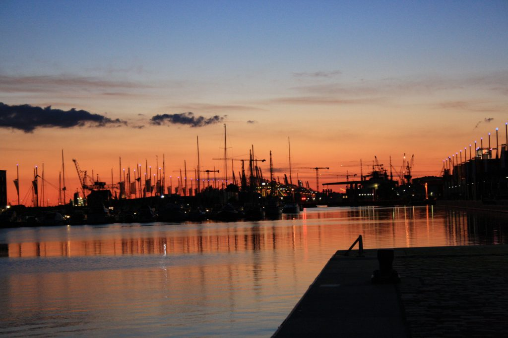Sonnenuntergang über dem Hafen.