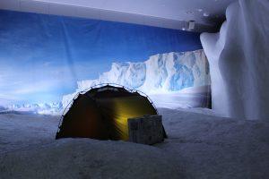 Ein Zelt steht auf einem Eisstück im Klimahaus Bremerhaven