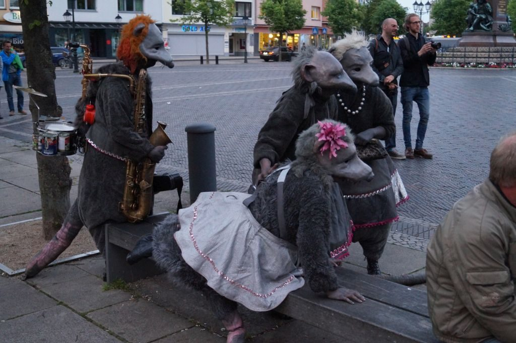 Vier als Ratten verkleidete Personen