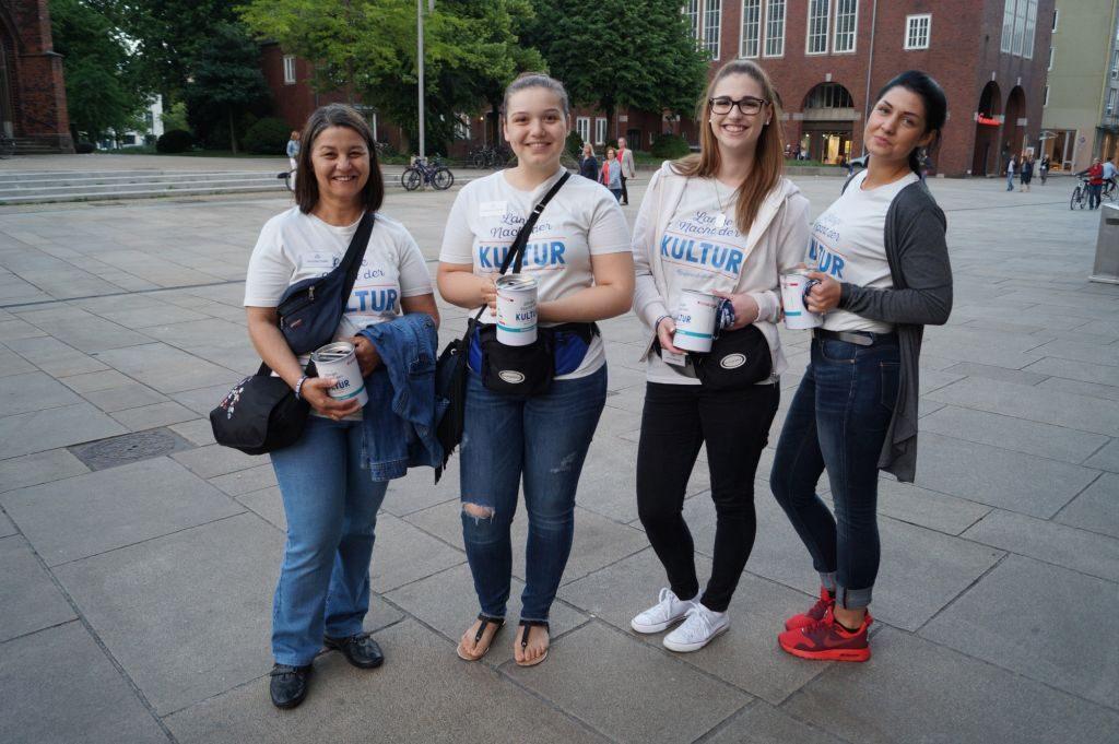 Vier Frauen mit Spendendosen