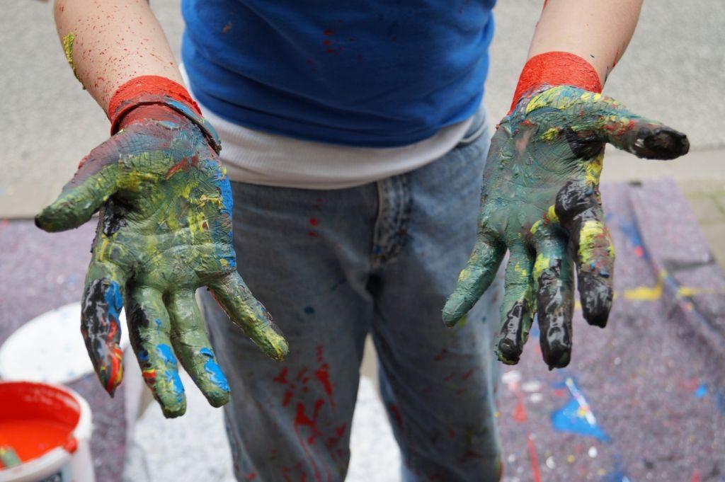 farbverschmierte Hände