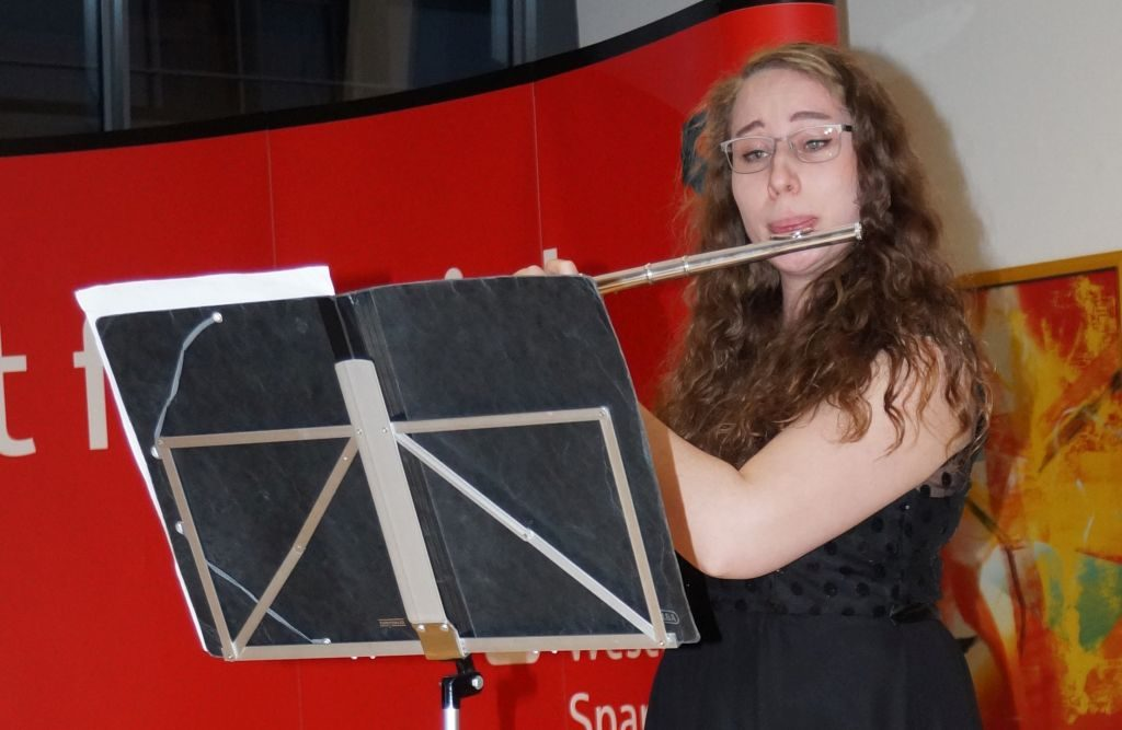 Eine Frau spielt Querflöte