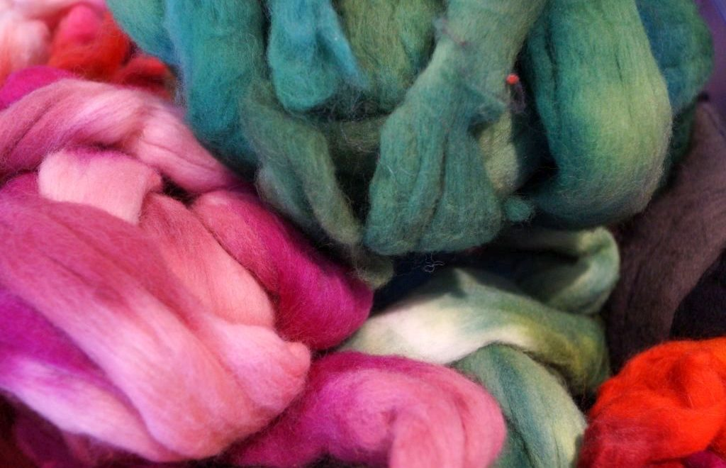 Stränge von gefärbter Wolle in verschiedenen Farbtönen