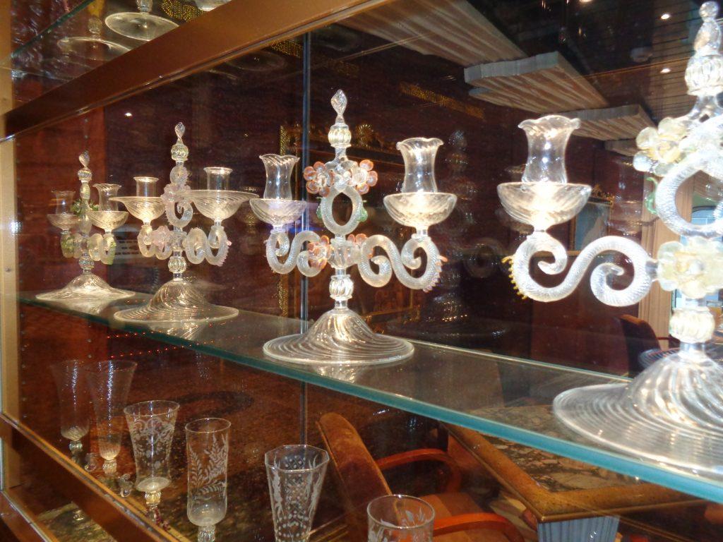 Glaskunst ist überall an Bord zu bewundern.
