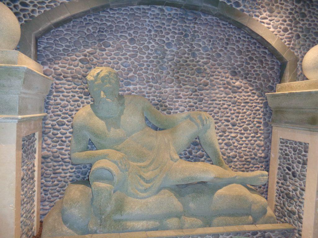"""Eine der zahlreichen Wandverzierungen auf der """"Costa Mediterranea"""" (c) Tanja Albert"""