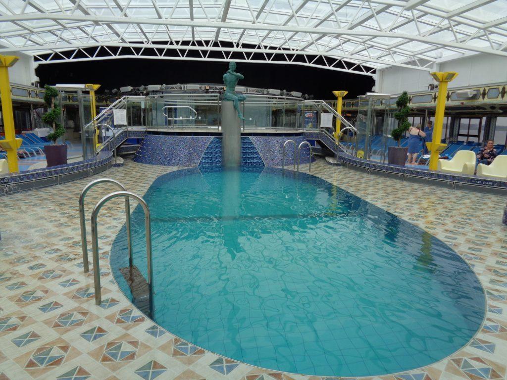 """Auch ein überdachter Pool steht den Gästen zur Verfügung an Bord der """"Costa Mediterranea"""" (c) Tanja Albert"""