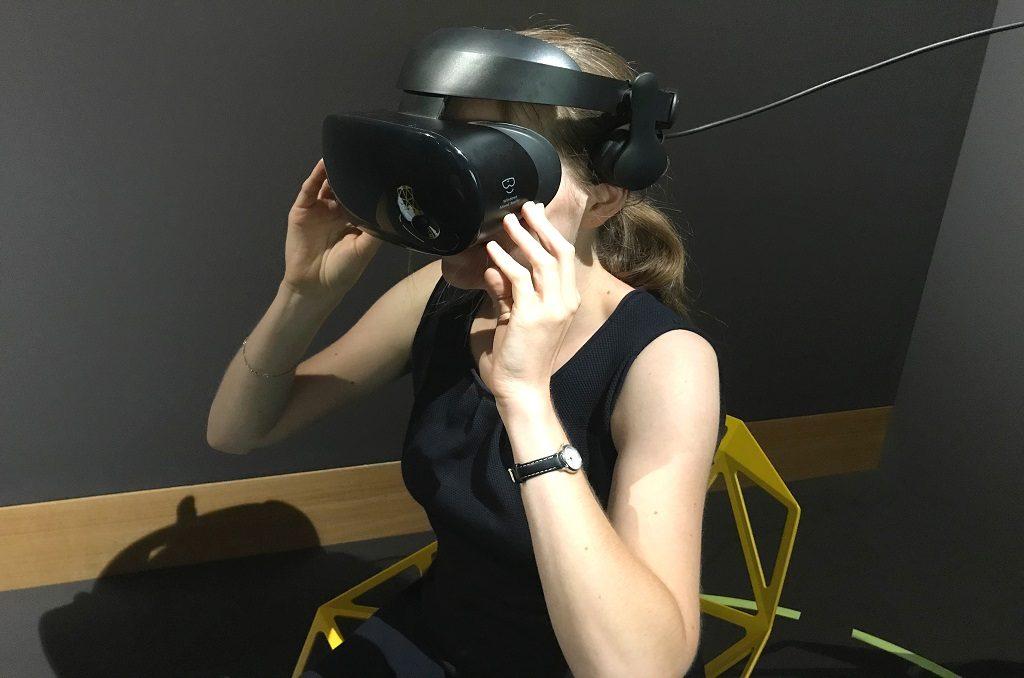 Frau mit Virtual Reality-Brille auf dem Kopf