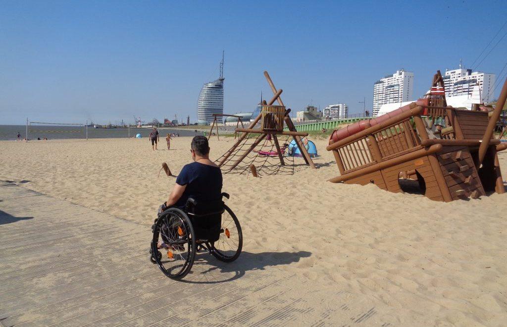 Mit dem Rollstuhl vor der Skyline Bremerhavens (c) Tanja Albert