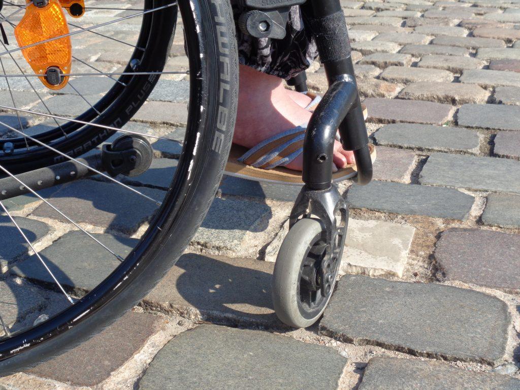 Mit dem Rollstuhl über Pflastersteine (c) Tanja Albert