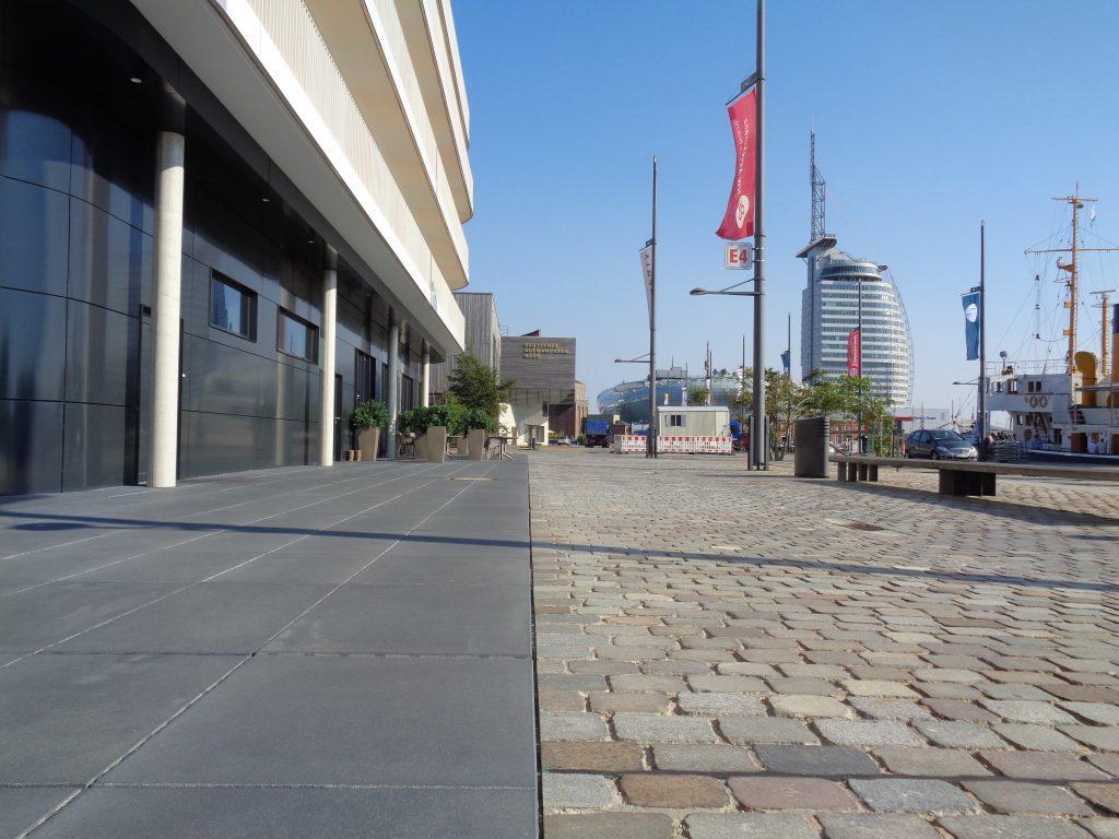 Unterschiedliche Untergründe erleichtern Blinden und Rollstuhlfahrern in den Havenwelten Bremerhaven das Zurechtfinden und Fortbewegen (c) Tanja Albert