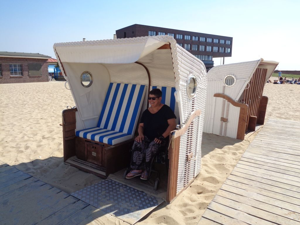 Silvana mit ihrem Rollstuhl im Strandkorb im Weserstrandbad (c) Tanja Albert