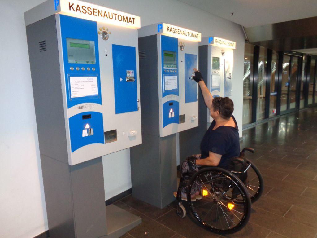 Im Rollstuhl sitzend, ist der Kassenautomat nicht zu bedienen (c) Tanja Albert