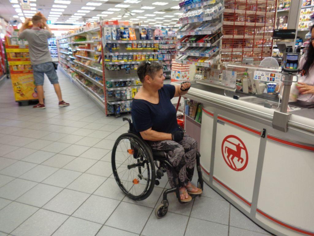 Im Rollstuhl sitzend einzukaufen ist gar nicht so einfach (c) Tanja Albert