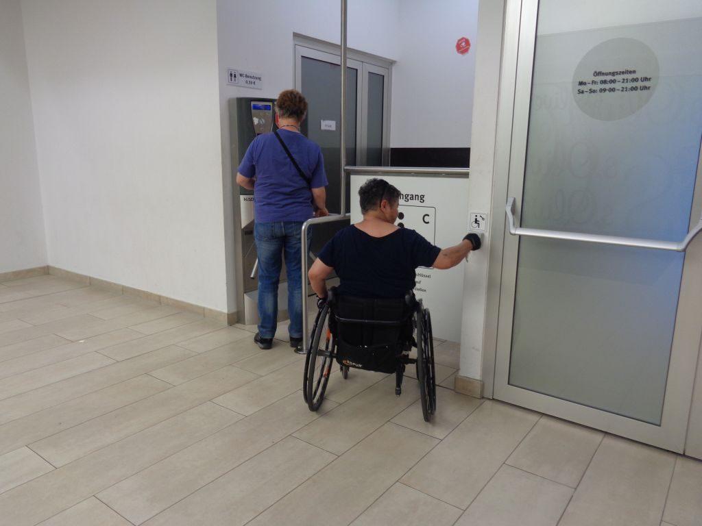 Mit dem Euro-Schlüssel zur behinderten gerechten Toiletten im Columbus Center (c) Tanja Albert