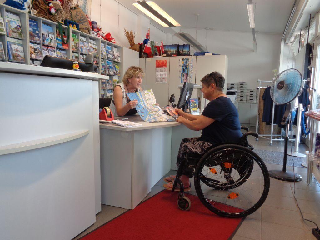 Gast und Mitarbeiterin auf Augenhöhe in der Tourist-Info (c) Tanja Albert