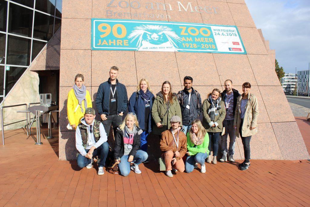InstaWalk-Teilnehmer am Eingang zum Zoo am Meer (c) Tanja Albert