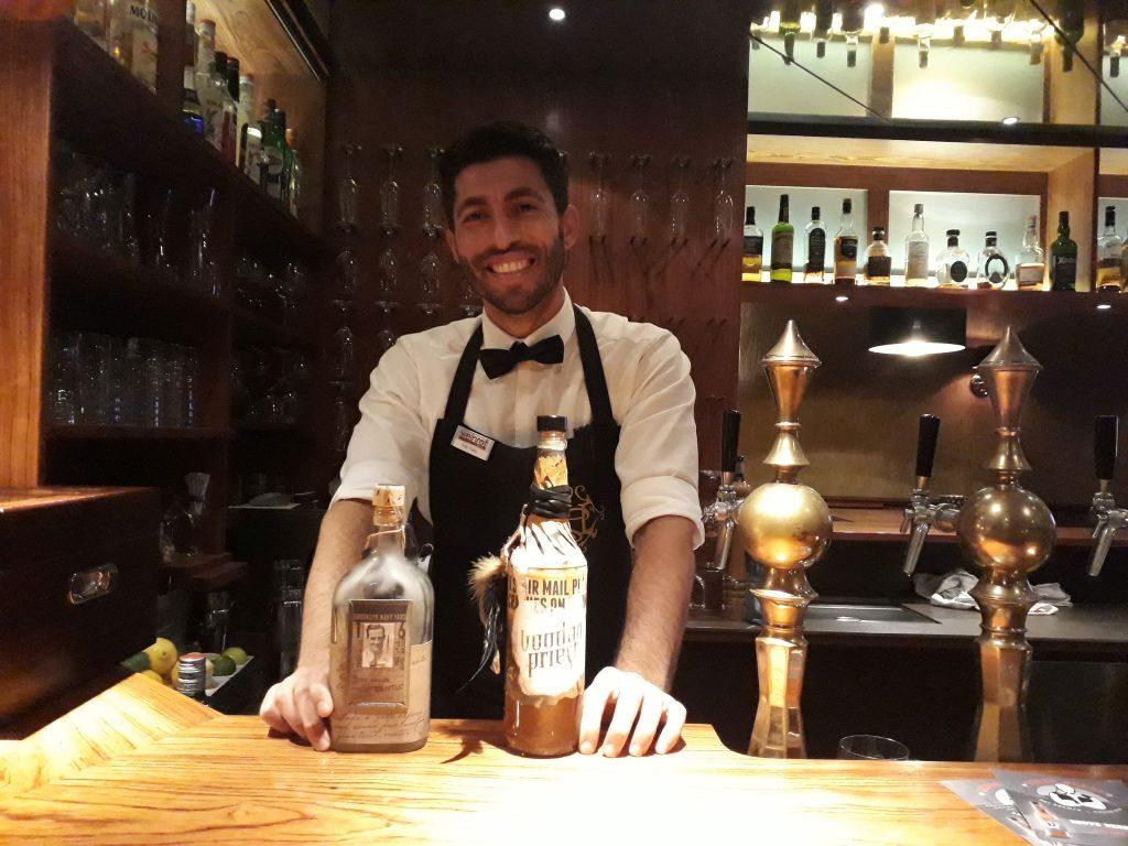 Edi, der Barkeeper, kennt sich gut aus (c) Tanja Albert