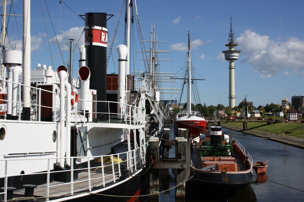 Schiffe im Museumshafen mit dem Radarturm im Hintergrund (c) Tanja Albert