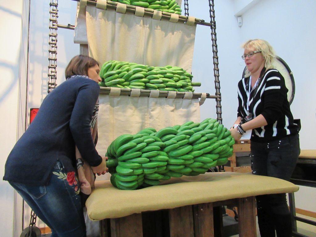 Die Nachbildung einer Bananenstaude ist ganz schön schwer (c) Tanja Albert