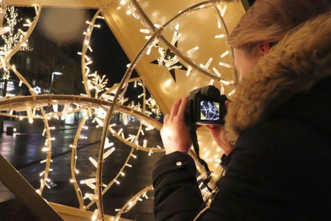 Fotografin vor Sternentor Bremerhaven