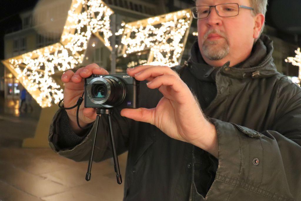 Fotograf mit Mini-Stativ