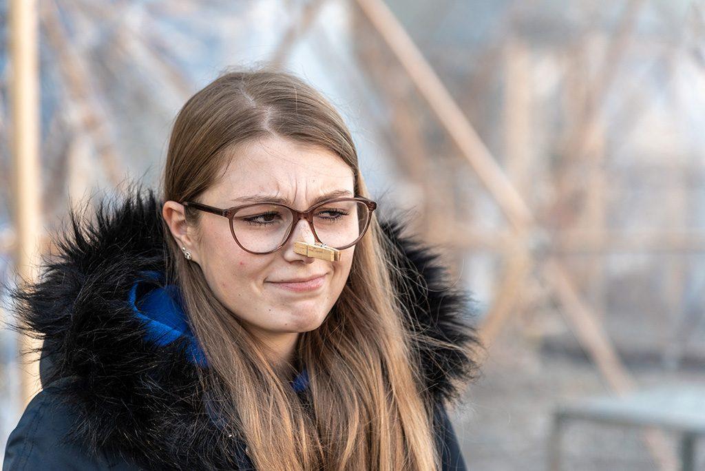Unsere Auszubildende Katja Ruppert vor den Pollution Pods am Klimahaus Bremerhaven.