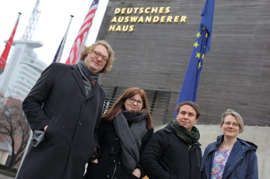 Vier Museumsmitarbeiter vor dem Deutschen Auswandererhaus