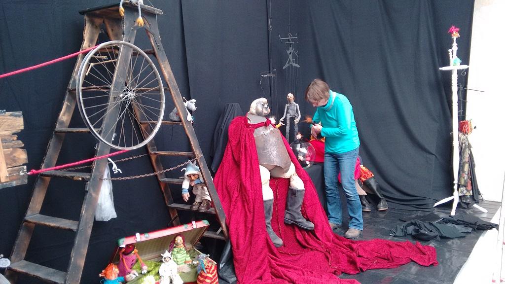 Im Figurentheater Bremerhaven wird aufgebaut (c) Annika Jaeger