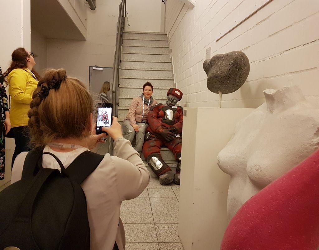 Katja, die Instagrammerin, mit Manfred, der Puppe beim InstaWalk Stadttheater (c) Tanja Albert