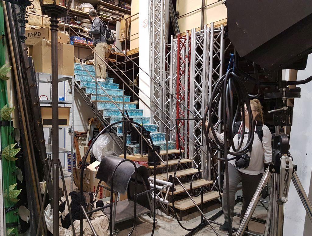 Olaf entert ein Treppe in der Schlosserei beim InstaWalk Stadttheater (c) Tanja Albert