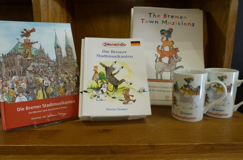 Bücher und Tassen aus dem Museumsshop des Deutschen Auswandererhaus zu den Bremer Stadtmusikanten