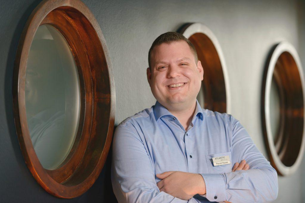 Empfangschef Pascal Hauser in der Hotellobby