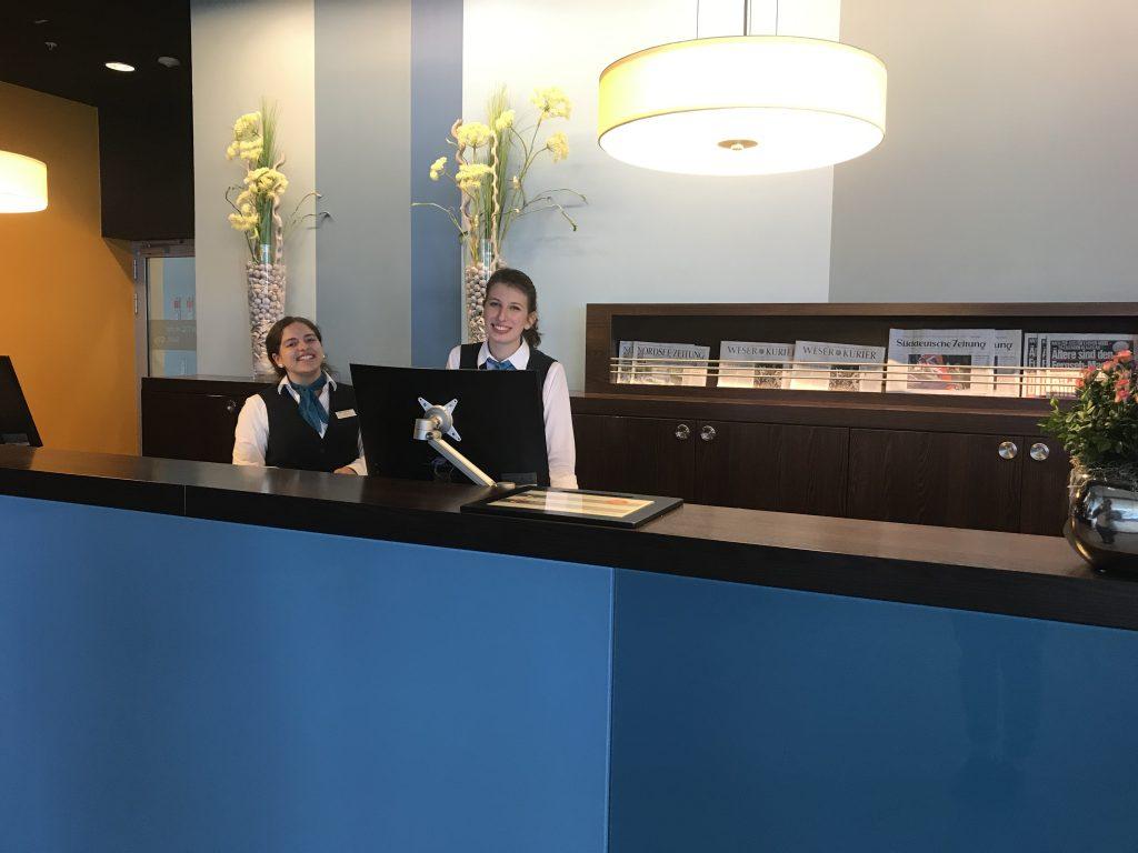 Zwei Kolleginnen an der Rezeption in der Hotellobby