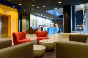 Sitzmöglichkeiten in der Hotellobby und die Rezeption