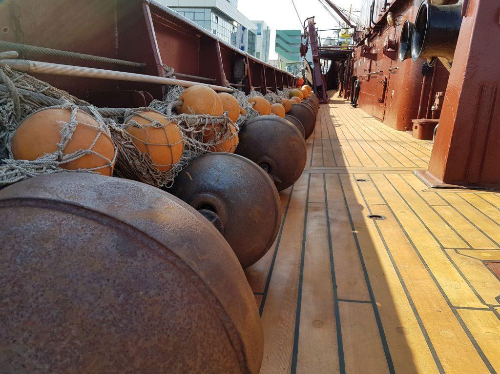 """Netz mit schweren Stahlkugeln an Bord des Seitentrawlers """"Gera"""" beim InstaWalk (c) Tanja Albert"""