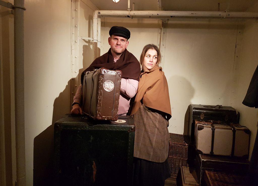 Inga und Darian mit historischer Kleidung beim InstaWalk im Deutschen Auswandererhaus (c) Tanja Albert