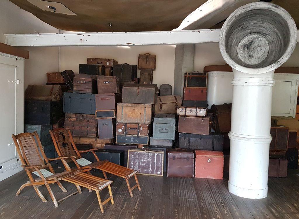 Decksstühle und Koffer auf einem Dampfschiff im Deutschen Auswandererhaus (c) Tanja Albert