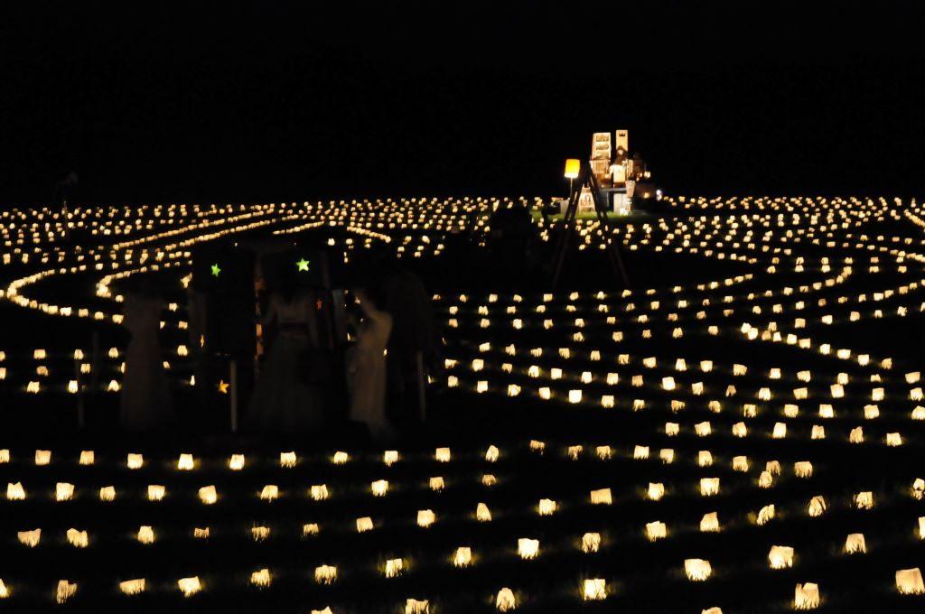 Eine Lichtinstallation mit Kerzenlichtern wird zur Langen Nacht der Kultur aufgebaut.