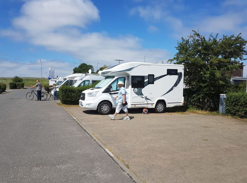 Frank kontrolliert den Reisemobil-Parkplatz Doppelschleuse in Bremerhaven (c) Tanja Albert