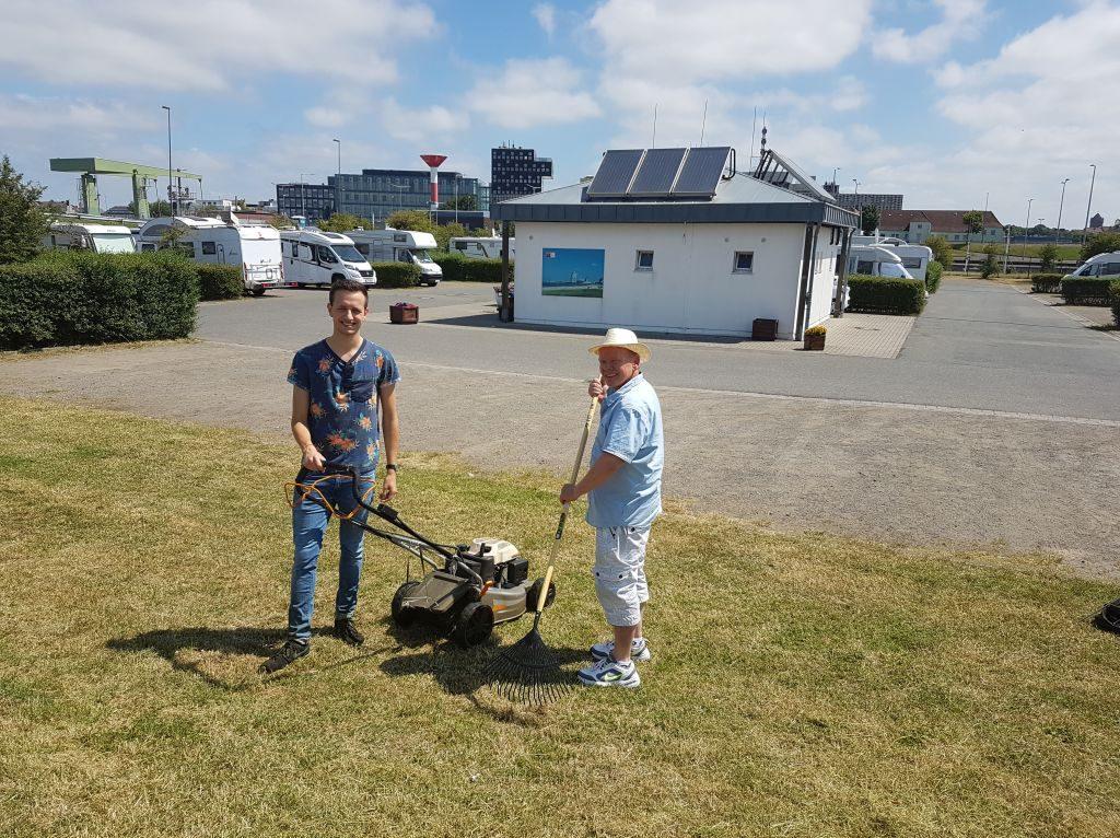 Frank und Jonas kümmern sich liebvoll um die Pflege der Grünanlage auf dem Reisemobil-Parkplatz Doppelschleuse (c) Tanja Albert